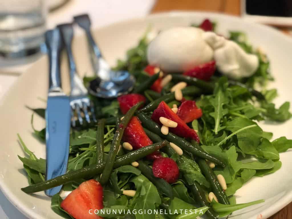 Obicà Milano, l'insalata con mozzarella, fragole e fagiolini verdi